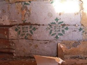 Selve tømmerveggen hadde malte sjabloner. Foto: Anne Wuolab.