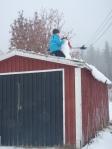 Snømann på taket ble avslappinga brukt til. Foto: Anne Wuolab.