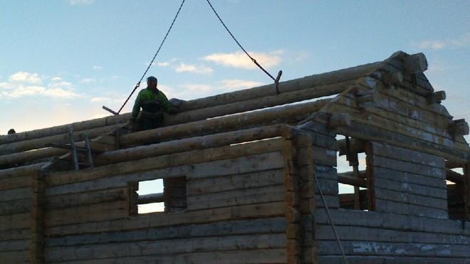 Ferdig. Tømrer selv, Thomas Eriksson, sitter fornøyd på takåsene. Foto: Per Wollberg.