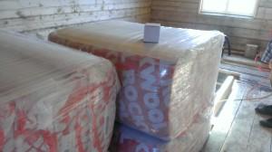 Vi har mistet tellingen av isoleringspakker som er blitt fraktet inn i huset og lagt i gulvene. Foto: Anne Wuolab.