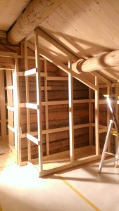 Plassbygde skap inne i soverommene. Foto: Anne Wuolab.