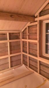 De indre ytterveggene rettes opp med lektere. Klare for isolering og veggpanel. Foto: Anne Wuolab.