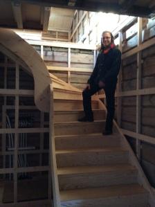 Trappen er skulpturert. Det lover godt. Yngste sønn i trappen. Foto: Anne Wuolab.