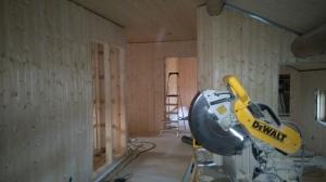 Hallen i andre etasje har fått vegger. Foto: Per Wollebrg.